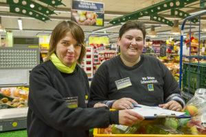 Eine neue Dienstleistung: Christa Klocke (li.) und Cira Franke sind Profi-Einkäuferinnen bei Edeka Wehrmann.