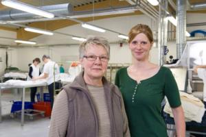 Adelheid Hoffbauer neben ihrer Schwiegertochter, beide lächeln in die Kamera.