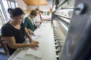 Die Mitarbeiter des Integrationsunternehmens Wäscherei Kreft arbeiten Hand in Hand für den Erfolg.