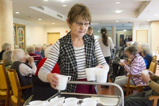 Helga Mai mag an ihrer Arbeit besonders, dass sie die Bewohnerinnen und Bewohner des Altenheims versorgen kann. Foto: Thorsten Arendt
