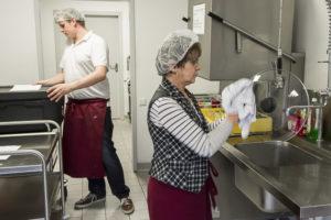 Helga Mai und Dennis Behrend reinigen zusammen die Küche.