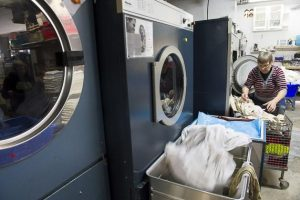 Bevor es in die großen Wäschetrommeln kommt, wird die Wäsche vorsortiert.