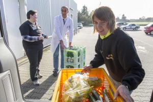 Christa Klocke und Cira Franke arbeiten als Einkäuferinnen für Edeka Wehrmann. Auch das Beladen des Lieferwagens gehört zu ihren Aufgaben.
