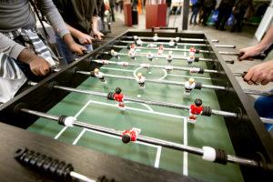 Nahaufnahme eines Kickerspiels auf der LWL-Messe.
