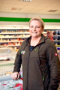 Olga Barthel, die Marktleiterin im Supermarkt des Servicehauses Stemwede, vor einer der Kühltruhen im Laden.