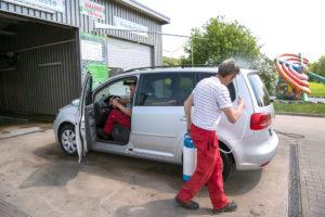 Dem Team entgeht keine Schmutzstelle rund um den Wagen.