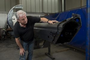 Günter Bruns ist Geschäftsführer von Metallbau Bruns. Auf dem Foto prüft er zufrieden ein sorgfältig gearbeitetes Metallteil.