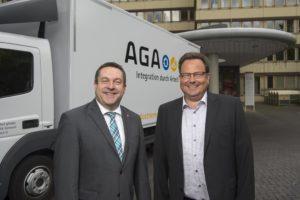 Landrat Dr. Axel Lehmann (links) und Geschäftsführer Jens Fillies vor einem der vielen Sperrmüll-Autos der AGA.