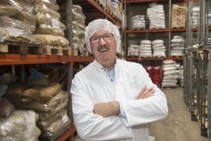 Helmut Schulte, Inhaber von Gewürze Werner & Co. und ist zufrieden mit der Integrationsabteilung des Unternehmens.