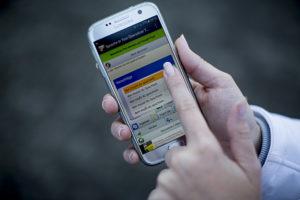 Das Smartphone von Meisterin Jessica Müller, das in einer App anzeigt, was sie ihrem Mitarbeiter sagen will.