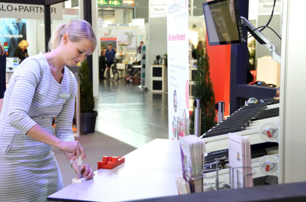 Anja Große-Coosmann schraubt am Werktisch gerade zwei Teile zusammen.