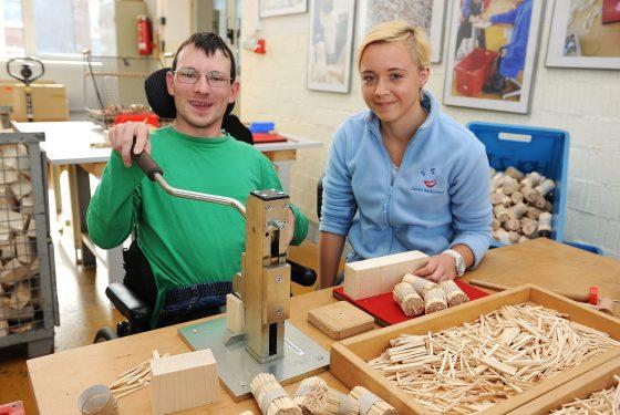 Arbeitsassistenten tragen dazu bei, dass schwerbehinderte Menschen am Arbeitsleben teilhaben können. Foto: Jörg Birgoleit/LWL