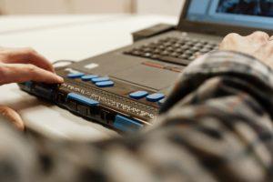 Ein Mann arbeitet mit einer Braille-Zeile an seinem Computer. Foto: Michel Arriens | www.michelarriens.de