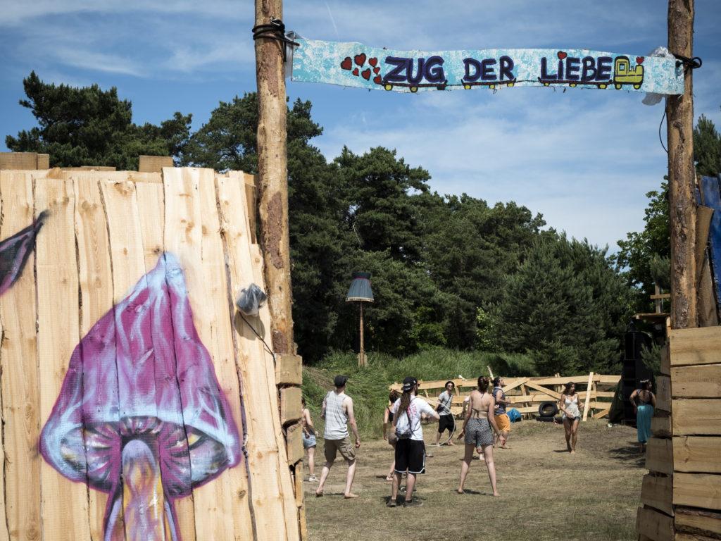 Festivalbesucher spielen auf dem Gelände des Festivals.