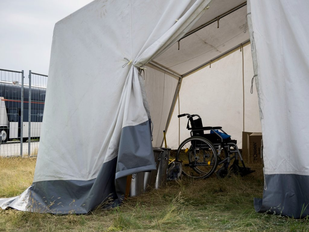 Blick auf einen Rollstuhl in einem Übernachtungszelt.