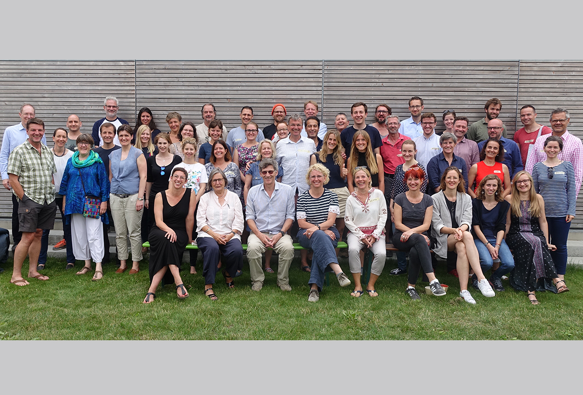Gruppenfoto des rund 50 Personen großen Ashoka-Teams im Freien