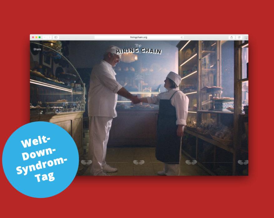 """Screenshot der Website hiringchain.org, die einen Bäcker zeigt, der einer Gesellin die Hand schüttelt. Unten links am Bildrand des Screenshots steht ein runder blaue Kreis, in dem """"Welt-Down-Syndrom-Tag"""" steht."""