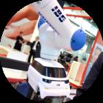 Der IBG-Roboterarm mit einem Minaturauto zur Test-Montage.