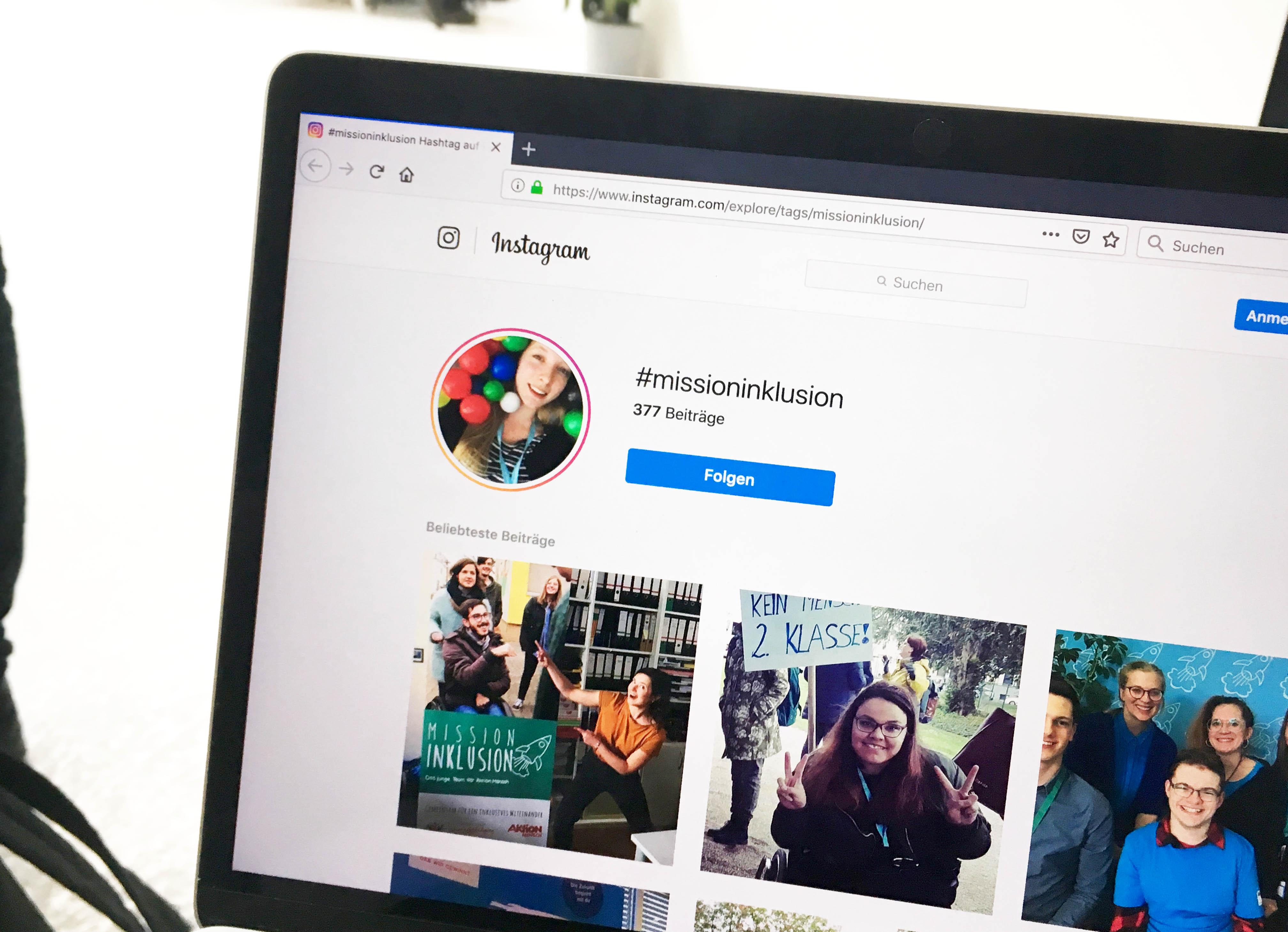 Foto der Seite, auf der die Bilder auf Instragram unter dem Hashtag #missioninklusion aufgerufen sind, die in einem Browser auf einem Laptop zu sehen ist.
