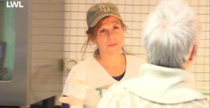 Eine Mitarbeiterin der AWO Service GmbH spricht über die Theke mit einer Kundin.