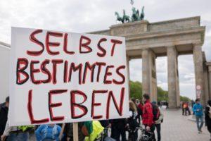 Viele Menschen mit Behinderung demonstrierten 2016 in Berlin, weil sie mit dem Bundesteilhabegesetz nicht einverstanden sind. Ab 2018 ändert sich durch das Gesetz nun noch einmal einiges im Arbeitsleben. Foto: Jonas Deister/Gesellschaftsbilder.de
