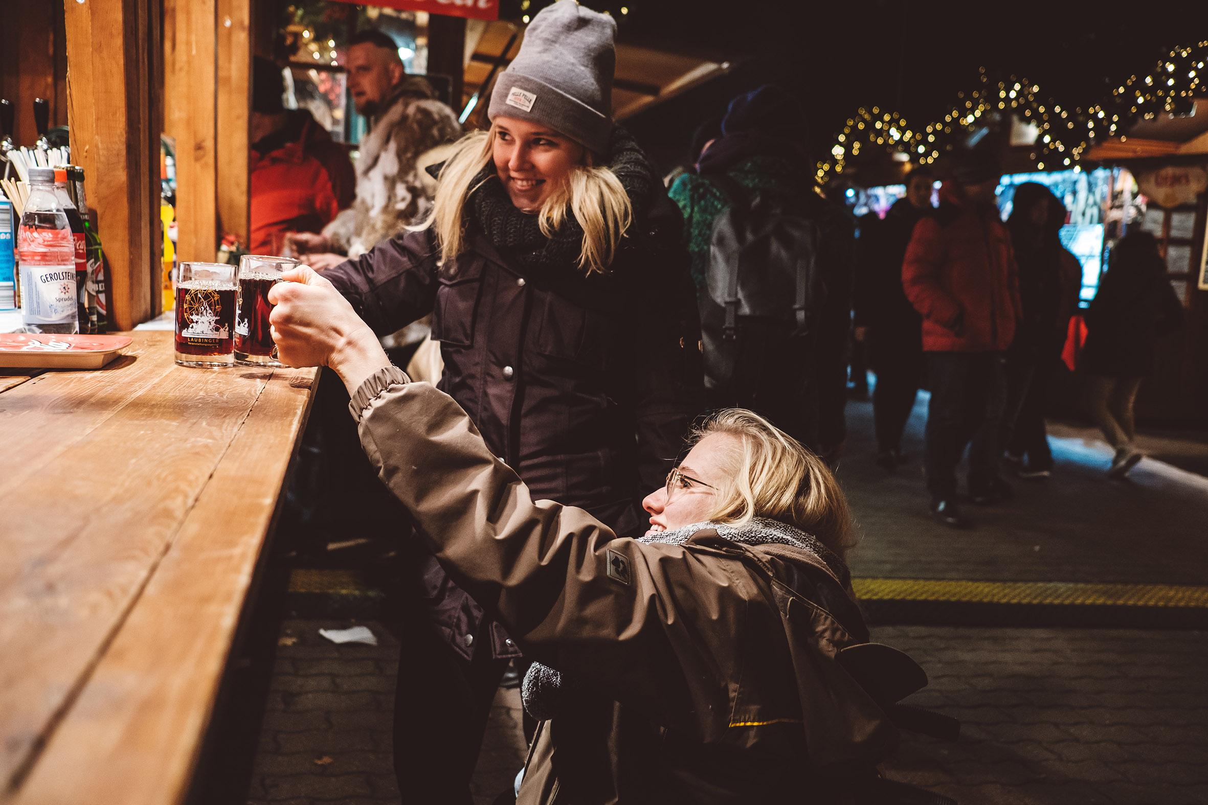 Mit dem Rollstuhl auf dem Weihnachtsmarkt in Berlin
