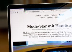 Foto des Tagesanzeiger-Artikels, der in einem Browser auf einem Laptop aufgerufen ist.