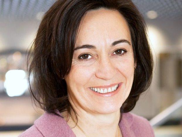 Die Lufthansa-Managerin Maria Léon lächelt in die Kamera.