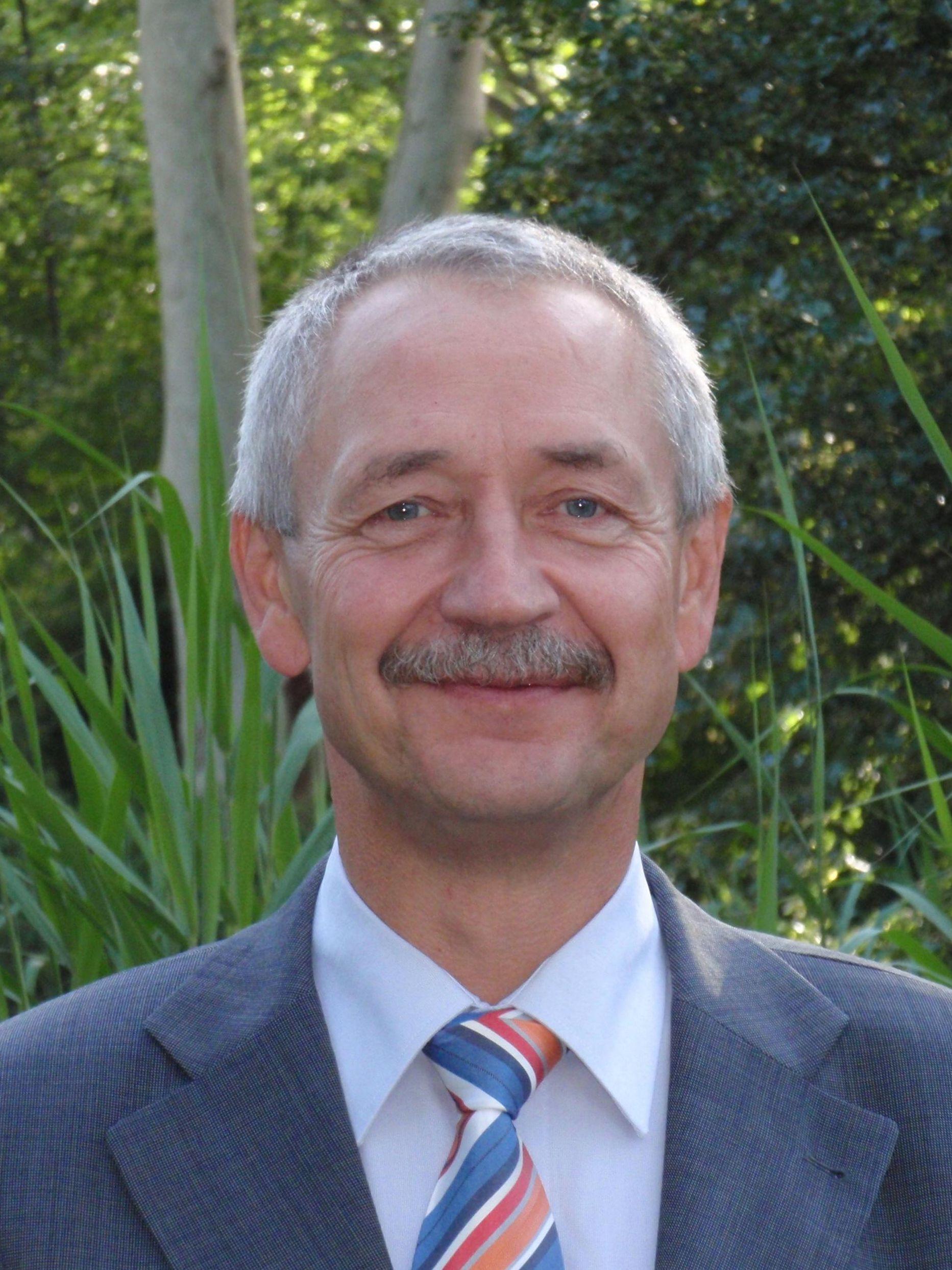 Nikolaus Nessel ist Schwerbehindertenbeauftragter bei der BASF. Er lächelt in die Kamera.