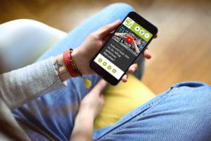 Hände eines Mädchens mit Smartphone und der darauf aufgerufenen PULS-Reportage