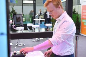 Sascha Jenderny vom Fraunhofer-Institut arbeitet konzentriert an einer Version des Assistenzsystems.