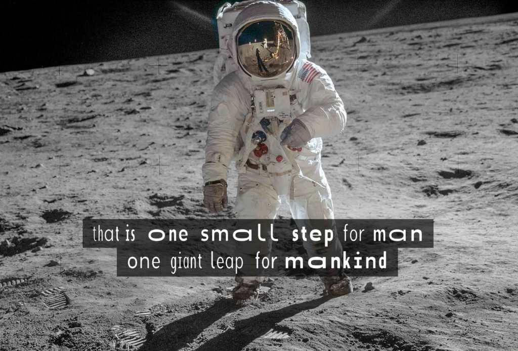 """Das Foto zeigt den Astronauten Neil Armstrong auf dem Mond. Darunter ist in WaveFont-Untertiteln der Halbsatz """"...that is one small step for man, one fiant leap for mankind"""" dargestellt."""