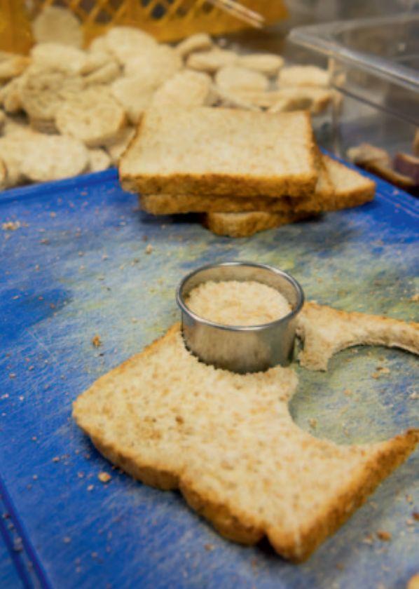 Toastbrot mit Ausstecher: Für die Kanapees müssen viele runde Kreise aus dem Brot geschnitten werden.