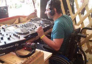 DJ Eltron mit Rollstuhl beim Auflegen.