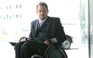 Der Unternehmenberater Gregor Demblin, der selbst eine Behinderung hat und deshalb mit Rollstuhl unterwegs ist. oto: Udo Titz