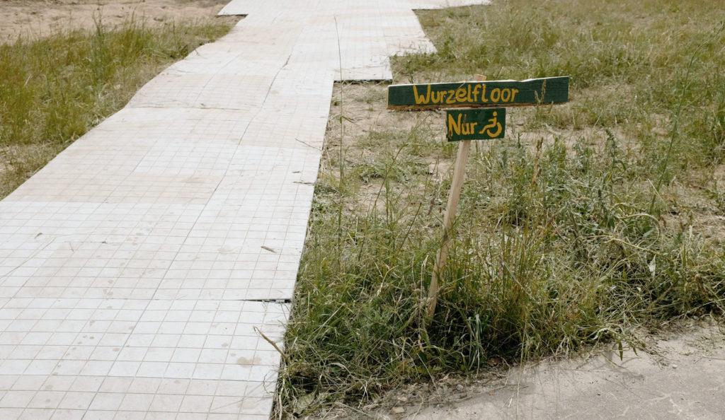 Barrierefreie gestalteter Weg auf dem Wurzelfestival.